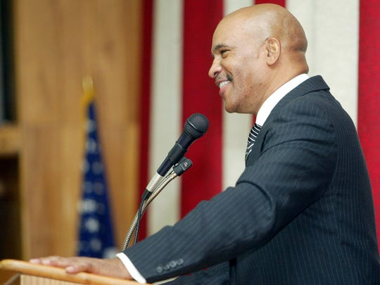 Former Dallas Cowboys receiver Drew Pearson, a South River High School grad, speaks to students at the school in 2005.