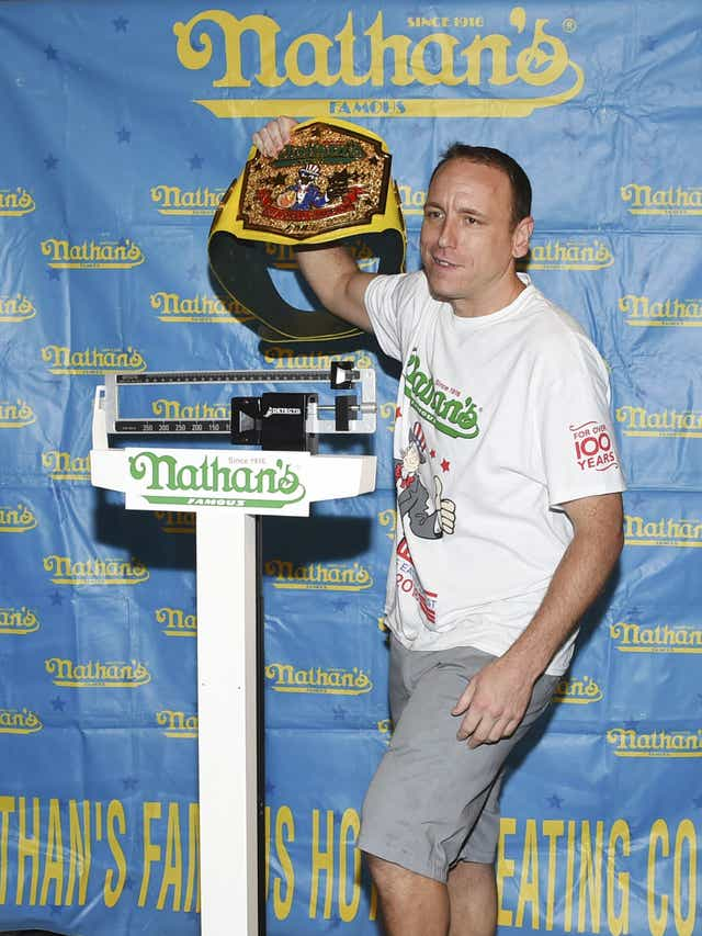 Joey Chestnut Eats 74 Hot Dogs For Nathan S Hot Dog Eating
