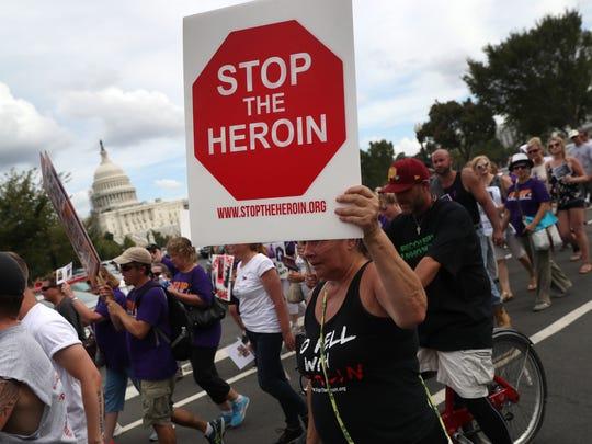 Un grupo de personas realiza una protesta en Washington