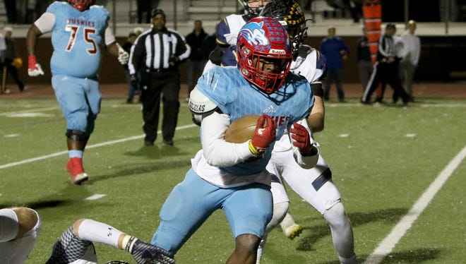 Hirschi's Daimarqua Foster runs into the endzone for a touchdown against Stephenville Friday, Dec. 8, 2017, at Ranger Stadium in Fort Worth.