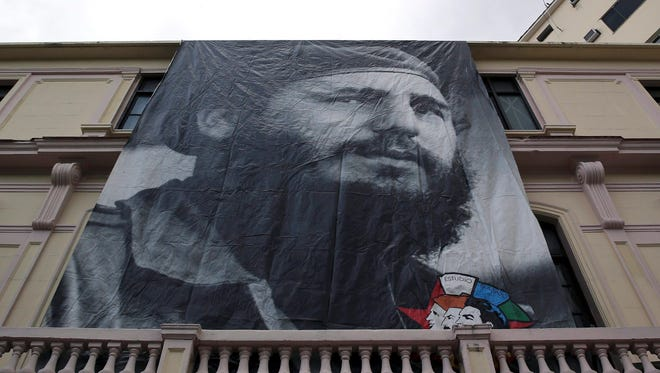 epa05648372 A huge banner with late Cuban leader Fidel Castro covers the facade of a building in Havana, Cuba, 26 November 2016 Current Cuban president, Raul Castro, announced on 25 November 2016 his brother's death on the Cuban state TV. Cuban former President Fidel Castro has died at the age of 90.  EPA/ALEJANDRO ERNESTO ORG XMIT: GRA026