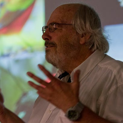 World-renowned paleontologist Jack Horner speaks before