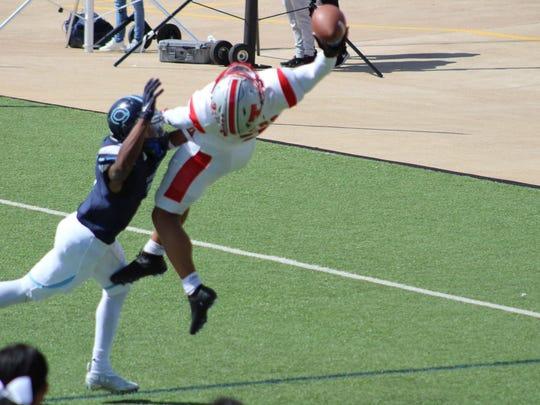 Parker Washington goes airborne for an insane touchdown catch (Photo: @mikebennett15/Twitter screen shot)