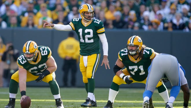 Green Bay Packers offensive lineman Josh Sitton (71) blocks for Aaron Rodgers.
