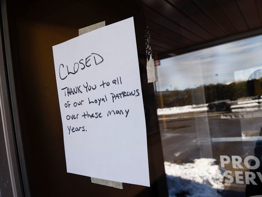 A closed sign in the window at Sammy's Pizza & Restaurant