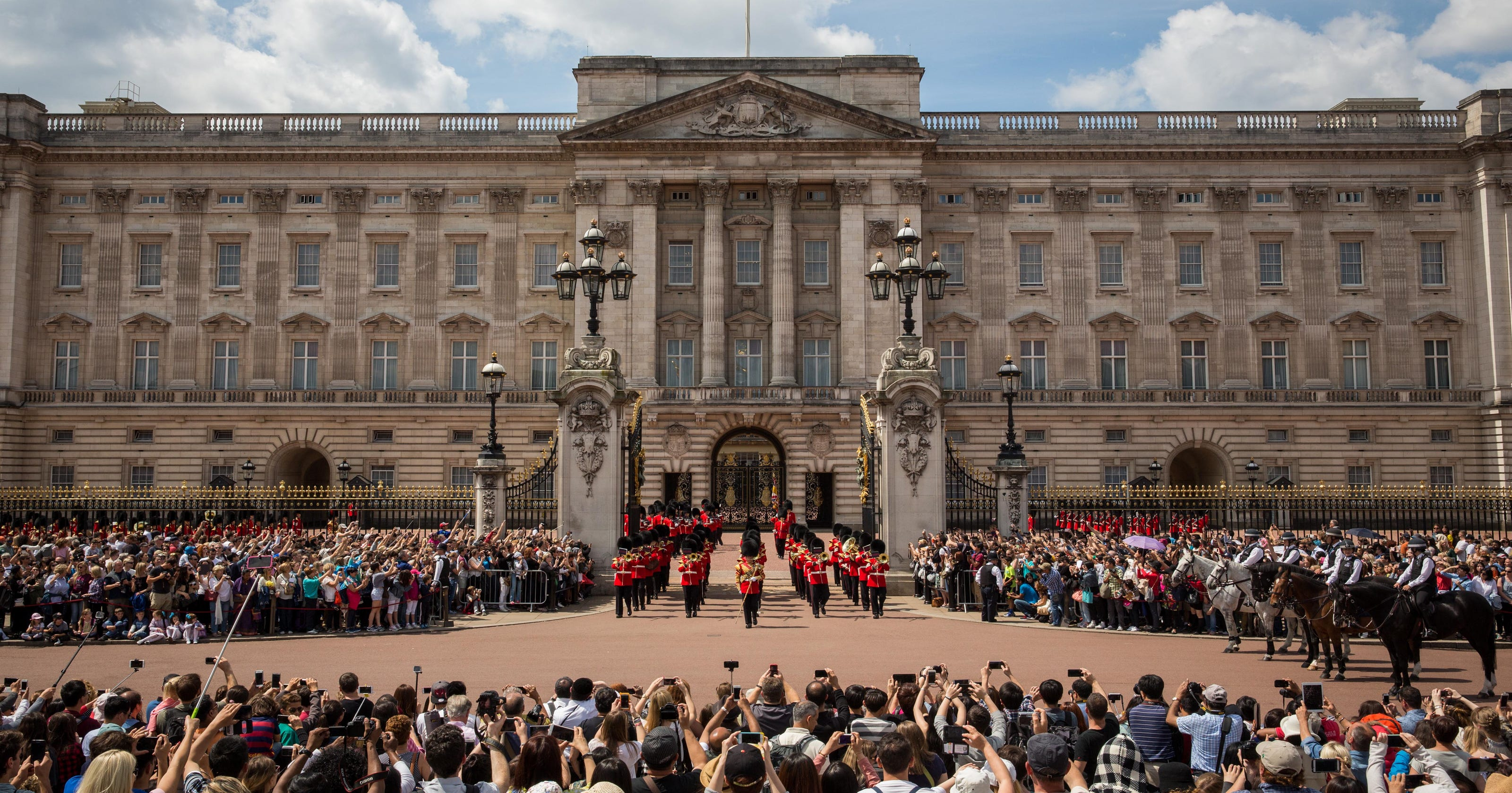 Buckingham Palace Plays Aretha Franklins Respect For Changing Of The Guard