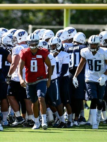 Titans quarterback Marcus Mariota (8) and his teammates