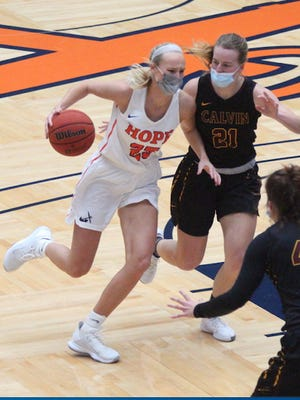 Hope Senior Ashleigh Thomas drives to the rim in Hope's win over Calvin University on Saturday, Jan. 30 at DeVos Fieldhouse