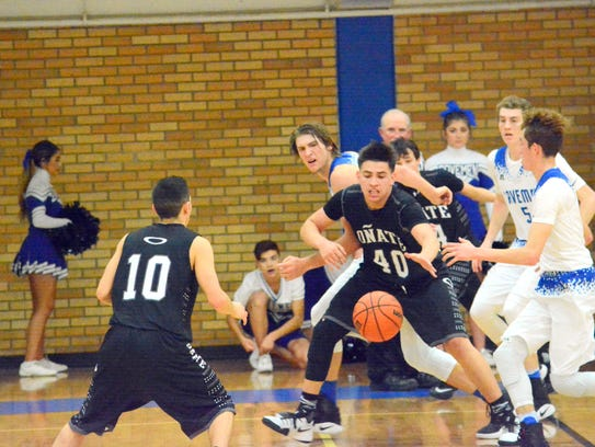 Oñate's Erick Ortega (40) goes after the ball in the