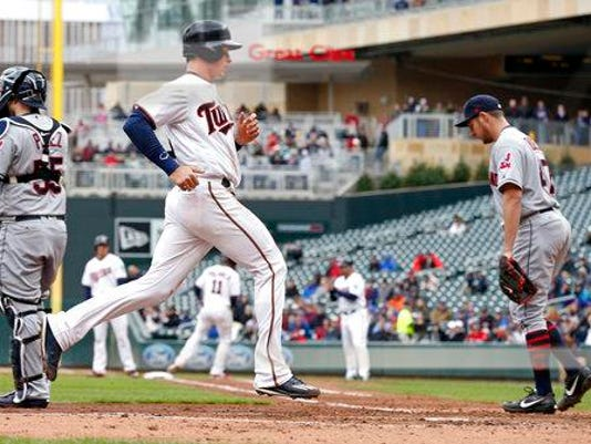 Bauer, Santana lift Indians over Twins, 6-2