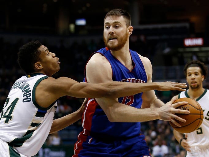 Detroit Pistons' Aron Baynes tries to drive past Milwaukee