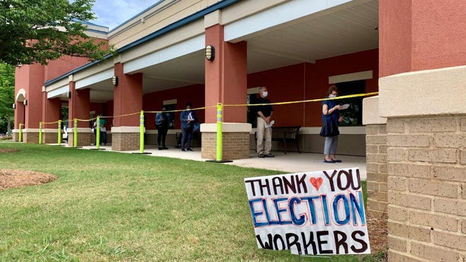 Voters late in line to cast early ballots.