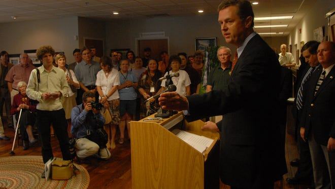 Environmentalist Frank Holleman speaks during a 2007 press conference about efforts to preserve Stumphouse Mountain in Oconee County. Holleman is overseeing litigation to force Duke Energy to move coal ash into lined storage.