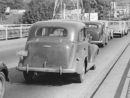 Traffic backs up heading east on the Center Street Bridge in 1942 because of a log train on the Oregon Electric Railway tracks.