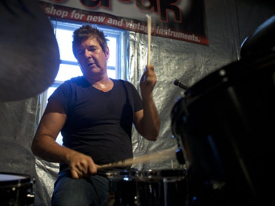 Clem Burke practices with The Empty Hearts in 2014.