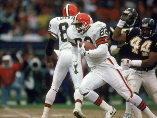 Ozzie Newsome #82 of the Cleveland Browns carries the