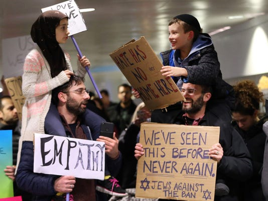 The story behind the viral photo of Muslim and Jewish children protesting at O'Hare