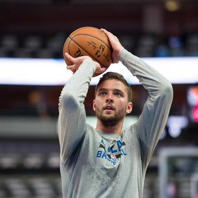 Chandler Parsons (25) warms up before the game against
