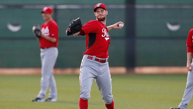 Reds pitcher Tony Cingrani warms up.