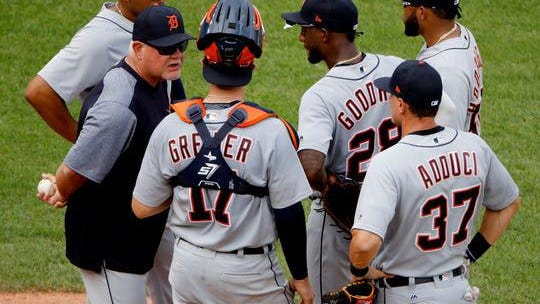Tigers manager Ron Gardenhire, left, talks to his players as he makes a pitching change during the fourth inning of the Tigers' 9-2 loss on Wednesday, Aug. 29, 2018, in Kansas City, Mo.