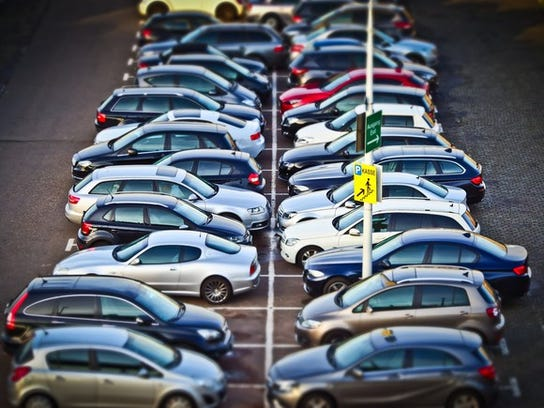 A parking lot ful of cars
