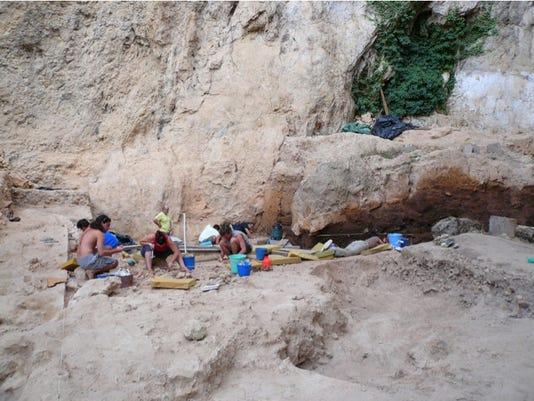 digging at El Salt