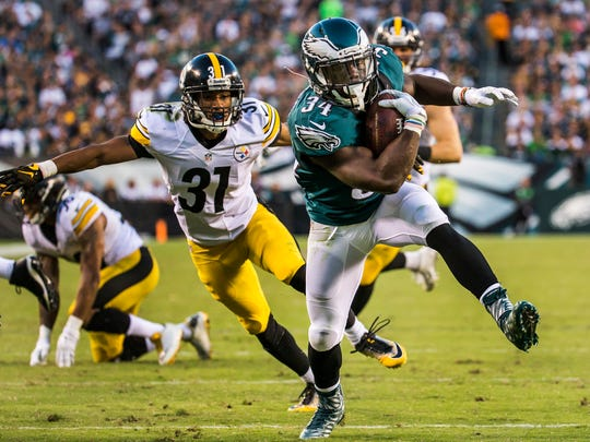 Eagles running back Kenjon Barner rushes for a touchdown in the third quarter of the Philadelphia Eagles 34-3 win over the Pittsburgh Steelers in Philadelphia on Sunday afternoon.