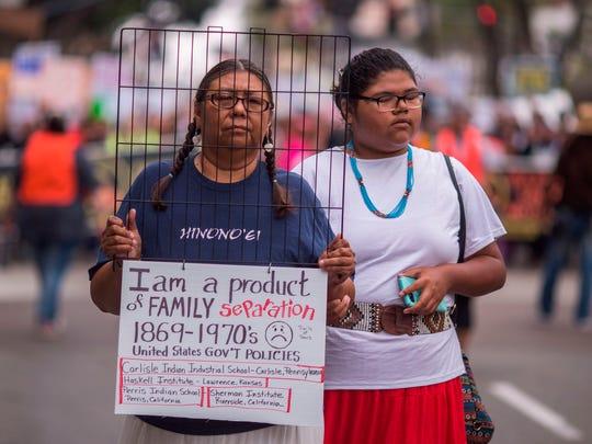 Una mujer nativoamericana y su hija participan en una