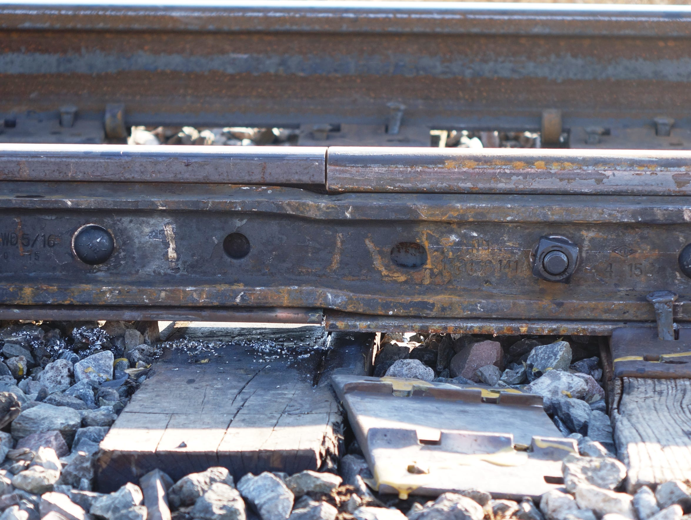 A plate holds together two pieces of rail: the historic