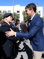 El congresista de El Paso Beto O'Rourke saluda al General