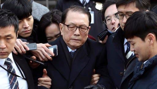 In this Friday, Jan. 20, 2017 photo, former presidential chief of staff Kim Ki-choon, center, leaves the Seoul Central District Court in Seoul, South Korea, after attending a hearing. South Korean prosecutors on Saturday, Jan. 21, 2017, arrested  President Park Geun-hye's former top adviser Kim and culture minister over allegations that they blacklisted artists critical of the government.