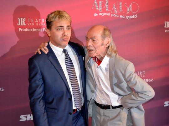 Cristian Castro a lado de su padre Manuel 'Loco' Valdés.