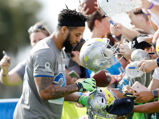Earl Thomas signs autographs before a Pro Bowl practice