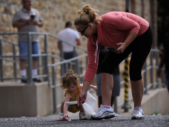 Heather Isbell helps her niece Airyanna Potter pick-up