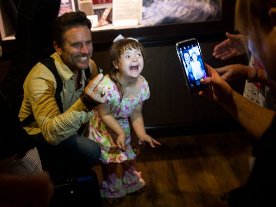 Charles Esten poses with Katelyn Ford, 8, at the Grand