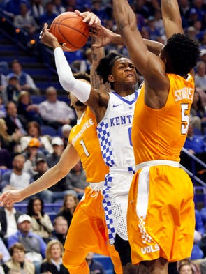 Kentucky's De'Aaron Fox, middle, is defended by Tennessee's
