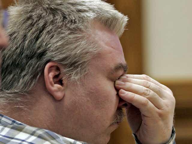 Стивен Эйвери слушает первые аргументы в зале суда округа Калумет в день открытия судебного процесса по делу об убийстве 12 февраля 2007 года в Чилтоне.