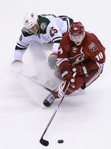 Arizona Coyotes forward Shane Doan (19) handles the