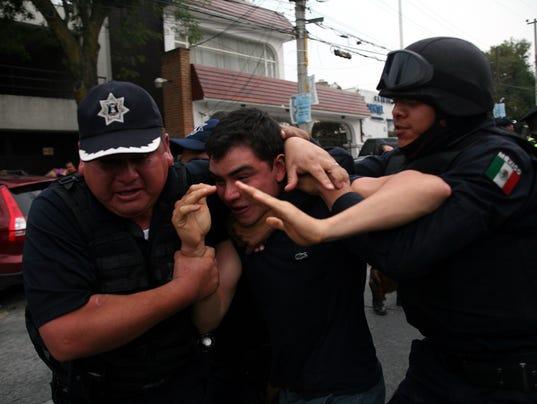 635532058023030263-Police