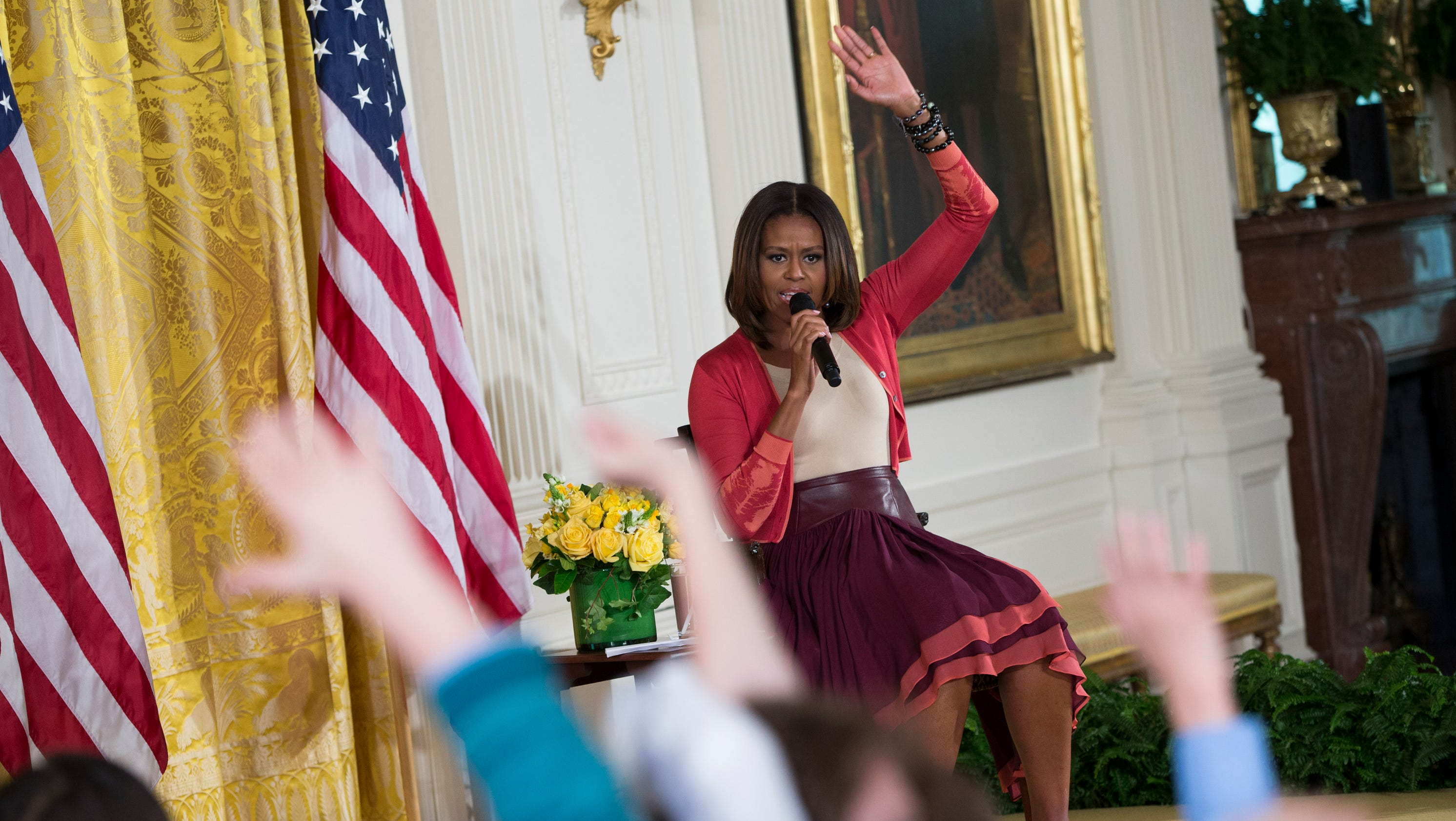 girl hands michelle obama her father u0026 39 s r u00e9sum u00e9
