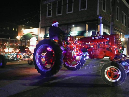 -Holiday Tractor Parade 005.jpg_20161213.jpg