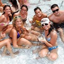 Piscinas en Phoenix con fiesta, bebida y mucha diversión
