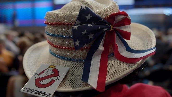 Una delegada viste un sombrero con un botón anti-Trump en el tercer día de la Convención Nacional Demócrata 2016, el miércoles 27 de julio de 2016, en el Wells Fargo Center de Filadelfia, Pensilvania (EE.UU.).