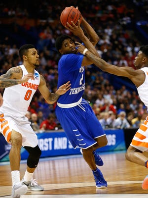 Middle Tennessee's Perrin Buford handles the ball between Syracuse's Michael Gbinije and Franklin Howard in the second half Sunday in St. Louis.