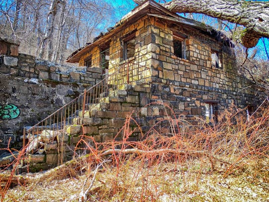 One of the many abandoned buildings along the trail in Hook Mountain State Park.