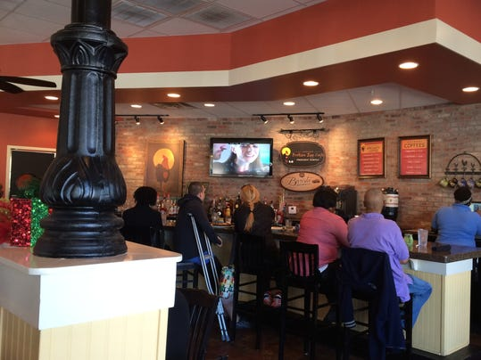 Another Broken Egg offers good food, service