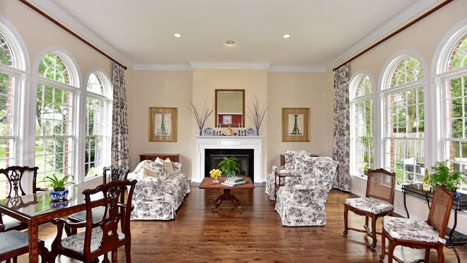 3829 Scenic Hwy, the living room is light and bright.