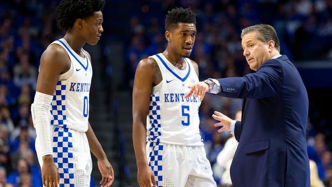 Kentucky's John Calipari speaks with De'Aaron Fox (0) and Malik Monk (5) during the game between the Valparaiso Crusaders and the Kentucky Wildcats.