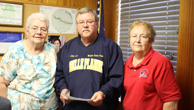 Evelyn Dorman, Mayor Dave Fish and Joanne Carl.