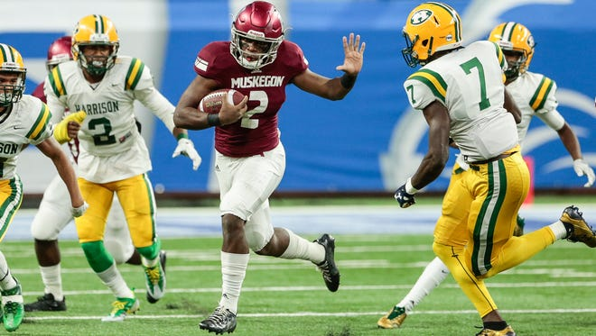 Muskegon quarterback La'Darius Jefferson (2) run against Farmington Hills Harrison during the first half of the Division 3 state title game on Saturday, Nov. 25, 2017, at Ford Field.
